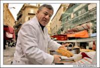 Palermo.  Antico mercato storico della VUCCIRIA. Il venditore di Pani cca meusa Pane con la milza. #3  - Palermo (6691 clic)