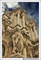 Siracusa: Ortigia -  IL DUOMO. Statua di San Pietro (lato SX) opera dello scultore palermitano Ignazio Marabitti (1757).   - Siracusa (2658 clic)