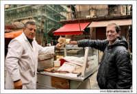 Palermo.  Antico mercato storico della VUCCIRIA. Il venditore di Pani cca meusa Pane con la milza. #7  - Palermo (3042 clic)