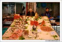 Palermo.  Antico mercato storico della VUCCIRIA. Il banco del pesce fresco. #6  - Palermo (9322 clic)