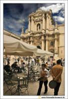 Siracusa - Ortigia: Piazza Duomo. Vista del Duomo vicino ad uno dei Bar della Piazza.  - Siracusa (3573 clic)