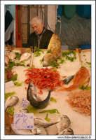 Palermo.  Antico mercato storico della VUCCIRIA. Il venditore del Pesce. Orate, gamber, pesce spada, triglie....  - Palermo (3805 clic)