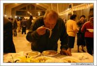 Agira: 16 Ottobre 2005. Ente Fiera. Prima Sagra del Coniglio selvatico. Degustazione di maccheroni e coniglio selvatico. #16  - Agira (2017 clic)