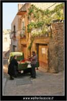Agira. Scorcio delle stradine dell'antico quartiere Rocche. Il fruttivendolo e la signora #1  - Agira (2960 clic)
