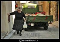 Agira. Scorcio delle stradine dell'antico quartiere Rocche. Il fruttivendolo e la signora #2  www.walterlocascio.it Walter Lo Cascio  - Agira (2405 clic)