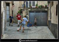 Agira. Scorcio delle stradine dell'antico quartiere Rocche. Bambini che giocano a calcio.  - Agira (3871 clic)