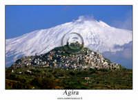 Agira. L'intero paese di Agira, con dietro L'ETNA. www.walterlocascio.it  - Agira (3926 clic)