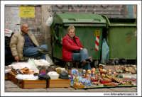 Palermo.  Antico mercato storico della VUCCIRIA. I polacchi e la loro roba in vendita. Da notare l