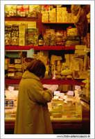 Palermo.  Antico mercato storico della VUCCIRIA. Bottega di salumi e formaggi.  - Palermo (3680 clic)