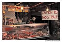Palermo.  Antico mercato storico della VUCCIRIA. La macelleria. Da notare il cartello : Capretto Nostrale!!!!!!  - Palermo (7249 clic)