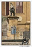 Palermo.  Il teatro Massimo. Uomo in attesa.... PALERMO Walter Lo Cascio