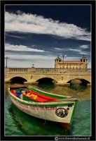 Siracusa - Ortigia - Lungomare: Barca ormeggiata. #2  - Siracusa (2515 clic)