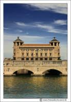 Siracusa - Ortigia - Lungomare: Ponte di collegamento ad Ortigia. Sullo sfondo il Palazzo delle Poste. #2  - Siracusa (2901 clic)