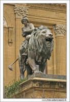 Palermo.  Teatro Massimo. Il leone bronzeo di destra. PALERMO Walter Lo Cascio