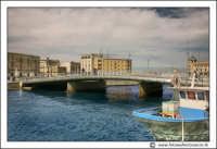 Siracusa - Ortigia - Lungomare: Il nuovo ponte Santa Lucia. Costruito nel  XVII Centenario del Martirio della Santa Patrona Siracusana (2004)  - Siracusa (4551 clic)