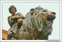 Palermo.  Teatro Massimo. Il leone bronzeo di destra #2 PALERMO Walter Lo Cascio