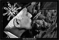 Caltanissetta. Capitano della Real Maestranza. Settimana Santa a Caltanissetta. Mercoledi' Santo a Caltanissetta. Il Bacio del Capitano della Real Maestranza, al Crocifisso. Foto N. 2 Bianco e Nero  - Caltanissetta (2948 clic)