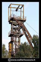 Caltanissetta: Reportage fotografico sulle miniere di Caltanissetta. Miniera Iuncio Tumminelli. Particolare del grande castelletto in acciaio.  - Caltanissetta (1753 clic)