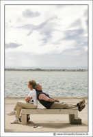 Siracusa - Ortigia - Lungomare: Riposino pomeridiano. Una coppia si riposa su una panchina, prendendo il sole di inzizio primavera.  - Siracusa (3061 clic)