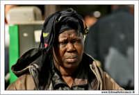 Agrigento. Donna Commerciante ambulante di colore.  - Agrigento (2633 clic)