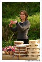 Agrigento. Ragazza venditrice di Tamburelli e strumenti tipici siciliani. 1  - Agrigento (3019 clic)