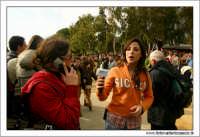 Agrigento. Festa del Mandorlo in fiore. Premiazione finale. Una cronista televisiva di Mediterranea Sat, intervista una ragazza.  - Agrigento (2950 clic)