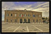 Siracusa - Ortigia - Lungomare: Piazzale IV Novembre (Vittoria delle armi italiane a Vittorio Veneto 1818) Capitaneria di porto.  - Siracusa (4924 clic)