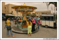 Naro 18 Giugno 2005. Festa del patrono di Naro, San Calogero di Naro. La giostra in piazza.  - Naro (6003 clic)
