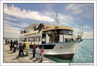 Siracusa - Ortigia - Lungomare: Imbarcazione turistica. Pronti a partire.  - Siracusa (1996 clic)