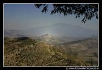 Agira: Il paese di Agira, visto dalla parte piu' alta di Assoro. Sullo sfondo si intravede l'Etna.  - Agira (3337 clic)