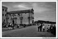 Naro 18 Giugno 2005. Festa del patrono di Naro, San Calogero di Naro. La piazza prospicente la chiesa. Bianco e nero.  - Naro (7290 clic)