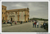 Naro 18 Giugno 2005. Festa del patrono di Naro, San Calogero di Naro. La piazza prospicente la chiesa. Colori.  - Naro (8014 clic)
