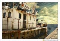 Siracusa - Ortigia - Lungomare: Carretta di mare. La ruggine correde la vecchia imbarcazione ormeggiata nel porticciolo di Ortigia.  - Siracusa (2860 clic)
