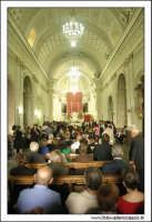 Naro: 18 Giugno 2005.Festa di San Calogero. Chiesa di San Calogero di Naro. Interno. Navata centrale. Funzione religiosa.  - Naro (7965 clic)