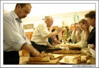 Naro: 18 Giugno 2005.Festa di San Calogero. Chiesa di San Calogero di Naro. Benedizione del pane ai fedeli.  - Naro (6516 clic)