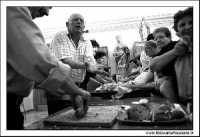 Naro: 18 Giugno 2005.Festa di San Calogero. Chiesa di San Calogero di Naro. Benedizione del pane ai fedeli. Bianco E nero.  - Naro (7367 clic)