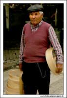 Naro: 18 Giugno 2005.Festa di San Calogero. la fiera di Naro. Anziano venditore di Crivi, setacci.  - Naro (6451 clic)
