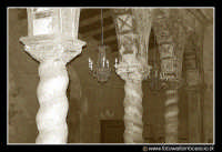 Assoro: L'interno della Basilica di San Leone. Particolare delle colonne a spirale della navata Laterale Destra.  - Assoro (7137 clic)