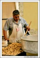 Naro: 18 Giugno 2005.Festa di San Calogero. la fiera di Naro. Venditore di noccioline.  - Naro (4535 clic)
