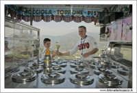 Castiglione di Sicilia. Il gelataio e il bambino.  - Castiglione di sicilia (5579 clic)