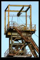Caltanissetta: Reportage fotografico sulle miniere di Caltanissetta. Miniera Iuncio Tumminelli. Particolare del grande castelletto in acciaio.  - Caltanissetta (1776 clic)