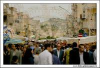 Naro: 18 Giugno 2005.Festa di San Calogero. la fiera di Naro. Gente alla fiera tra le bancarelle.  - Naro (9434 clic)