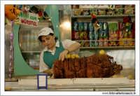 Naro: 18 Giugno 2005.Festa di San Calogero. la fiera di Naro. Tagliatrice di porchetta.  - Naro (6006 clic)