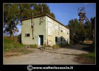 Caltanissetta: Reportage fotografico sulle miniere di Caltanissetta. Miniera Iuncio Tumminelli. Fabbricati a due piani, dove trovavano alloggio gli uffici, l'archivio, i depositi, l'ambulatorio e i servizi igienici.  - Caltanissetta (1662 clic)