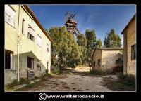 Caltanissetta: Reportage fotografico sulle miniere di Caltanissetta. Miniera Iuncio Tumminelli. Fabbricati a due piani, dove trovavano alloggio gli uffici, l'archivio, i depositi, l'ambulatorio e i servizi igienici.  - Caltanissetta (2128 clic)