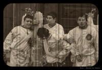 Catania. Festa di Sant'Agata, 2006. I ragazzi fedeli in una pausa con i loro ceroni. Foto invecchiata.  - Catania (1926 clic)