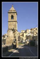 Assoro: Campanile della Chiesa di Santa Caterina XIII secolo. La chiesa è totalmente distrutta. E' rimasto in piedi solamente questo campanile.  - Assoro (4629 clic)
