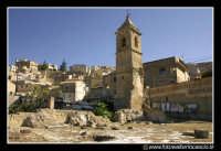 Assoro: Rovine della Chiesa di Santa Caterina XIII secolo. La chiesa e' totalmente distrutta. E' rimasto in piedi solamente questo campanile.  - Assoro (10013 clic)