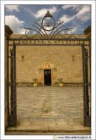 Caltanissetta, Chiesa Santo Spirito. Cancello d'entrata. Eretta molto probabilmente prima dell'anno Mille, e' la piu' antica delle chiese nissene. E' in stile romanico e presenta tre piccole absidi. Numerosi, nei secoli, i rimaneggiamenti. Attualmente vi si conservano dipinti di notevole valore artistico, antichi testi sacri e una fonte battesimale ricavata da un'urna cineraria romana.   - Caltanissetta (2922 clic)