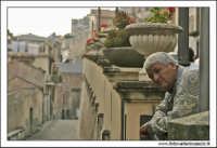 Castiglione di Sicilia. L'uomo che si affaccia.  - Castiglione di sicilia (3530 clic)